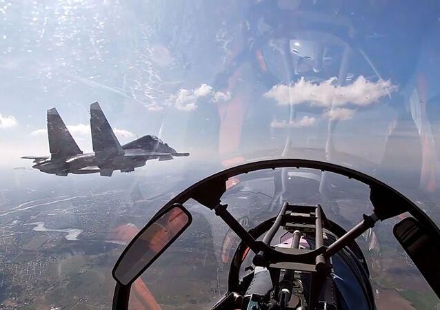 Aeronaves da Frota russa do Mar Báltico treinando ataques contra alvos navais