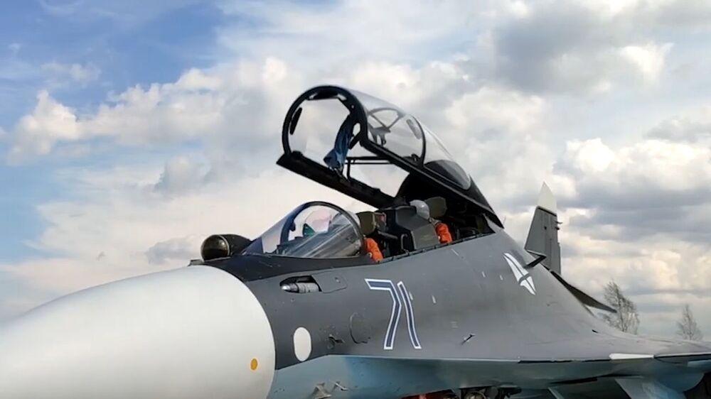 Tripulação de caça Su-30SM durante treinamento de ataque a alvos navais