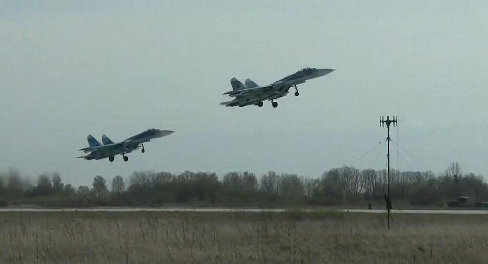 Caças multifuncionais Su-27 da Frota do Mar Báltico levantam voo durante simulação de ataque a formação de navios inimiga no mar Báltico