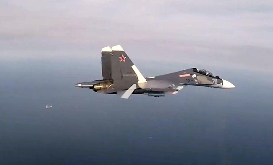 Caça Su-30SM sobrevoa o mar Báltico durante exercício de ataque a navios inimigos, que envolveu cerca de 10 aeronaves