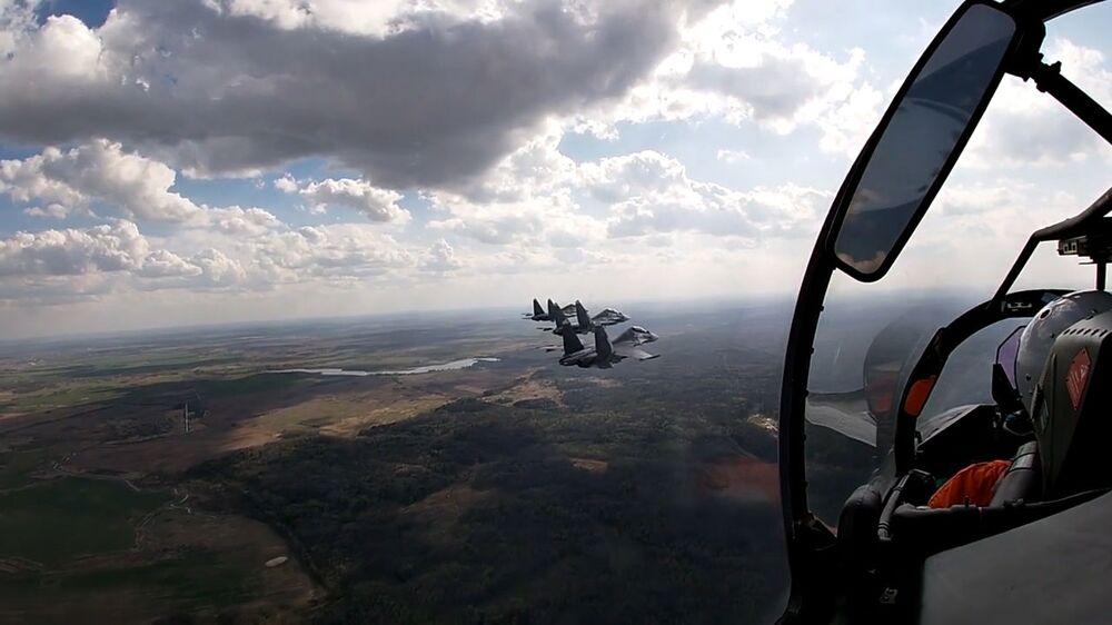 Aeronaves russas em simulação com caças e caças-bombardeiros no mar Báltico