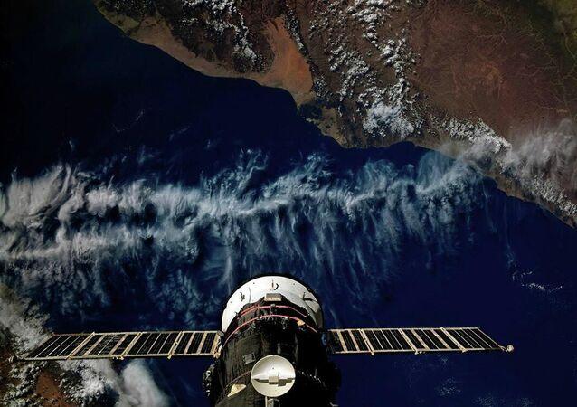 Nave de carga Progress MS-13 acoplada à Estação Espacial Internacional (EEI), sobrevoando Iêmen