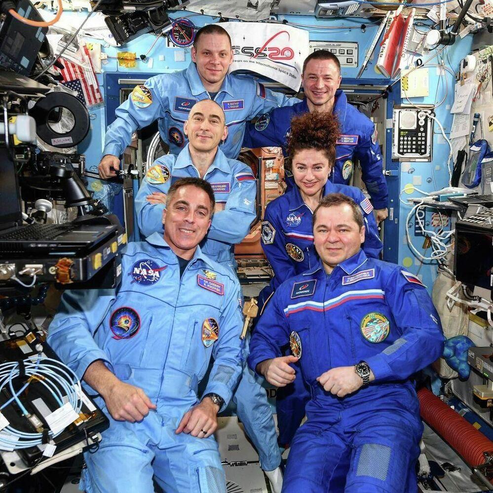 Troca de turno de tripulantes da Estação Espacial Internacional