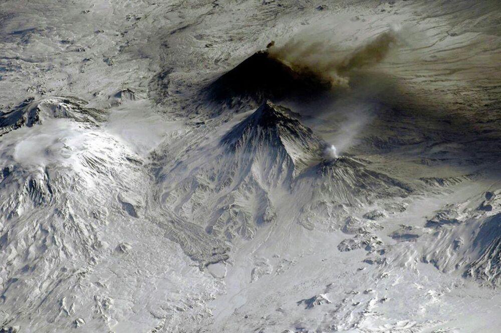 Fumaça expelida por vulcões na Sibéria registrada da Estação Espacial Internacional