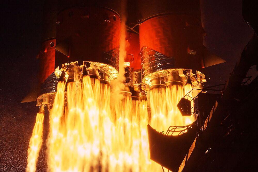 Lançamento do foguete transportador Soyuz-2.1a carregando uma nave Soyuz MS-14 a partir do cosmódromo de Baikonur