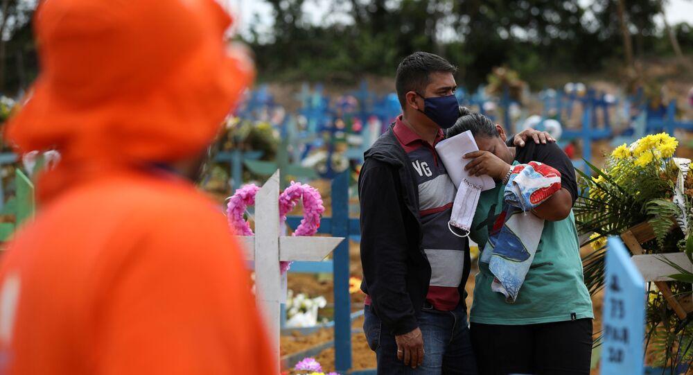 Familiares se emocionam durante enterro de vítima da COVID-19 no cemitério Parque Taruma, em Manaus, no Amazonas.