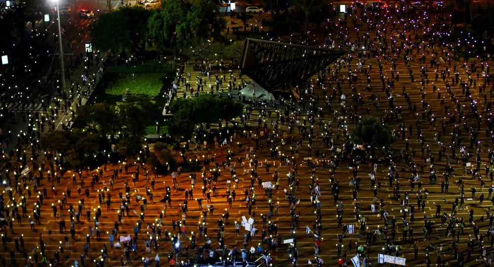 Cidadãos israelenses participam de manifestação em Tel Aviv  no dia 19 de abril de 2020 contra o primeiro-ministro Benjamin Netanyahu mantendo distanciamento social contra a COVID-19.