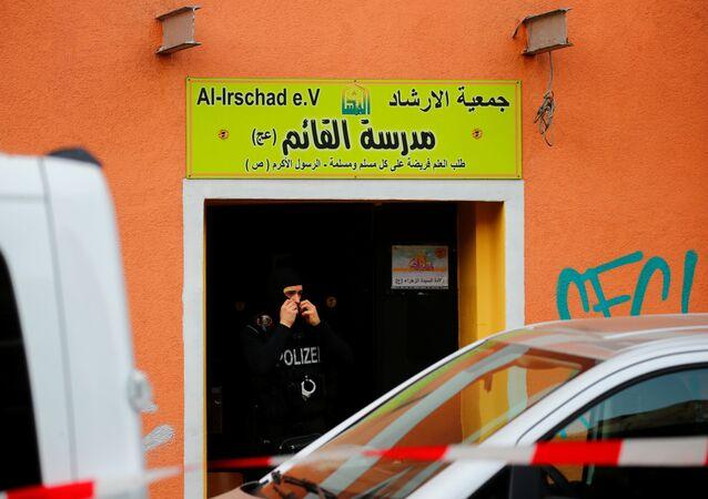 Policial alemão deixa centro ligado ao Hezbollah na capital alemã, Berlim, 30 de abril de 2020