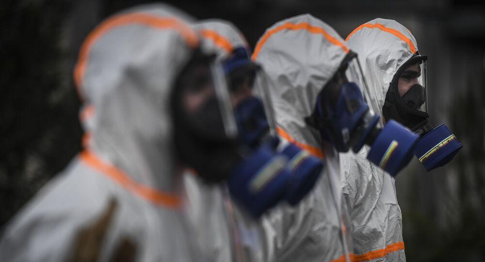 Soldados utilizam equipamentos de proteção individual para desinfectar uma escola na cidade da Amadora, Portugal, 29 de abril de 2020