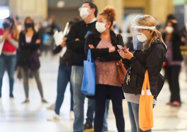 Pessoas mantêm distanciamento social enquanto esperam na fila para coleta voluntária de amostras de sangue a fim de detectar o coronavírus, na estação de trem Constitución em Buenos Aires, Argentina, 24 de abril de 2020