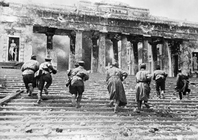 Militares soviéticos durante os combates urbanos em Sevastopol, na Crimeia