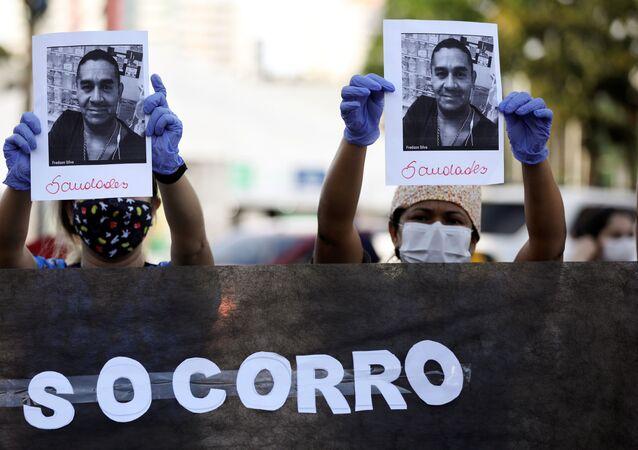 Profissionais de saúde prestam homenagem a um colega que foi vítima da COVID-19 em Manaus