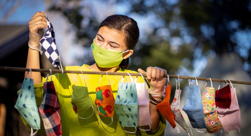 Mulher seca diferentes máscaras usadas para se proteger do coronavírus na Noruega