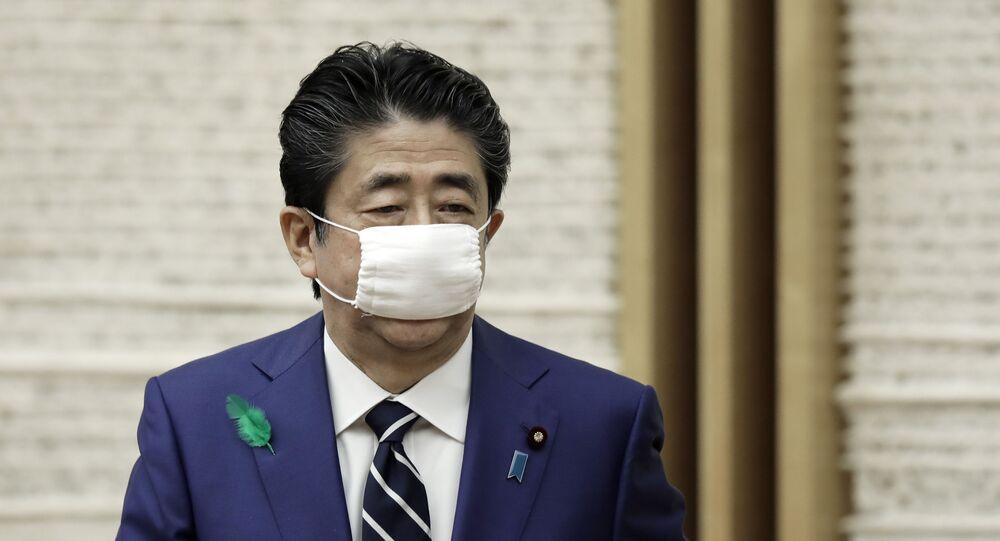 Primeiro-ministro do Japão, Shinzo Abe, usa máscara para se proteger do novo coronavírus.