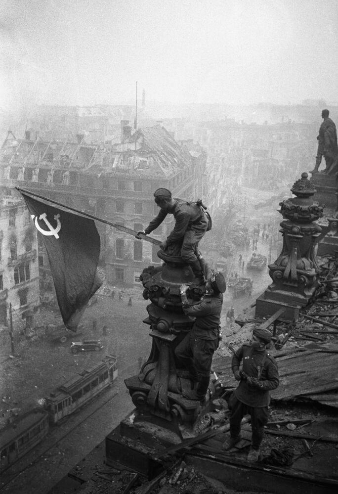 Hasteamento da bandeira da Vitória sobre o prédio do Reichstag