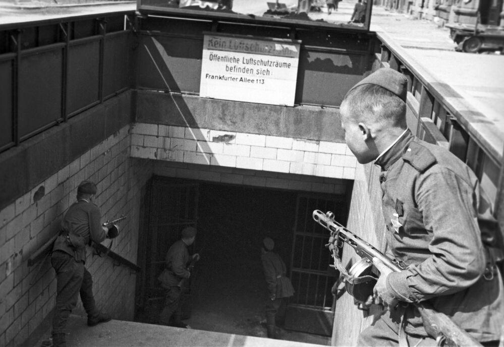 Soldados soviéticos na entrada de uma das estações do metrô de Berlim em 1945