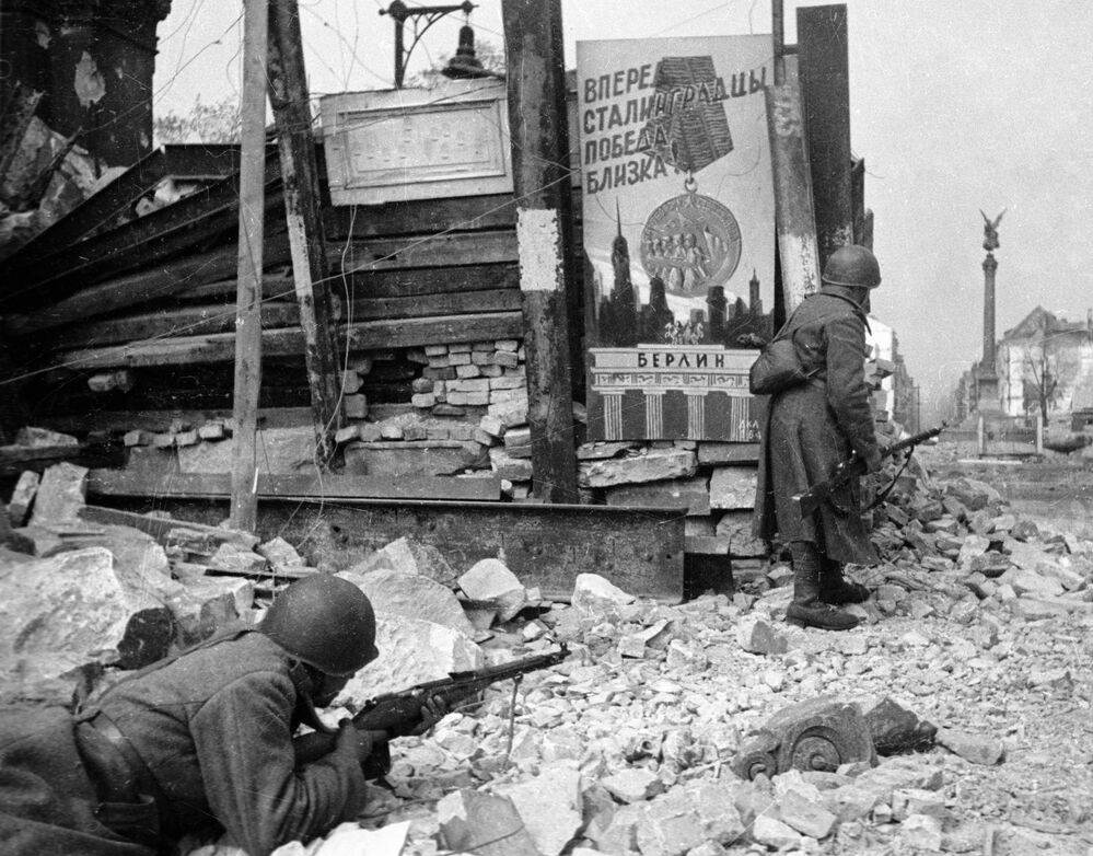 Soldados soviéticos em combate com as forças alemães nas ruas de Berlim durante a Segunda Guerra Mundial