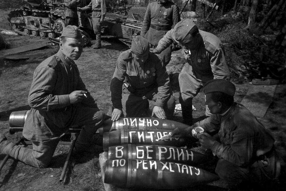 Artilheiros soviéticos se preparam para ataque no contexto da operação da tomada de Berlim entre os dias 16 de abril e 8 de maio de 1945