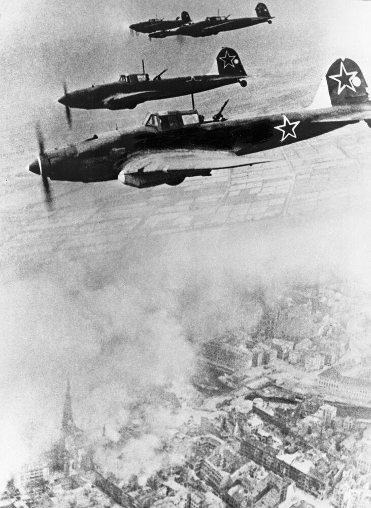 Aeronaves soviéticas voando rumo à Berlim em 1945