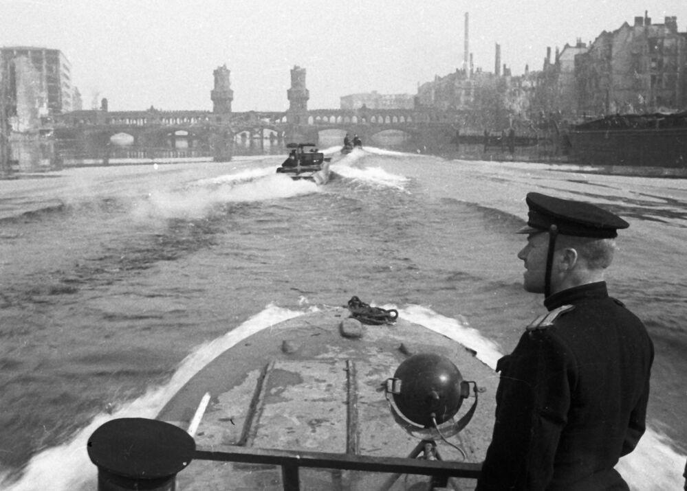Formação de lanchas da Flotilha de Dniepre no rio Spree, na Alemanha
