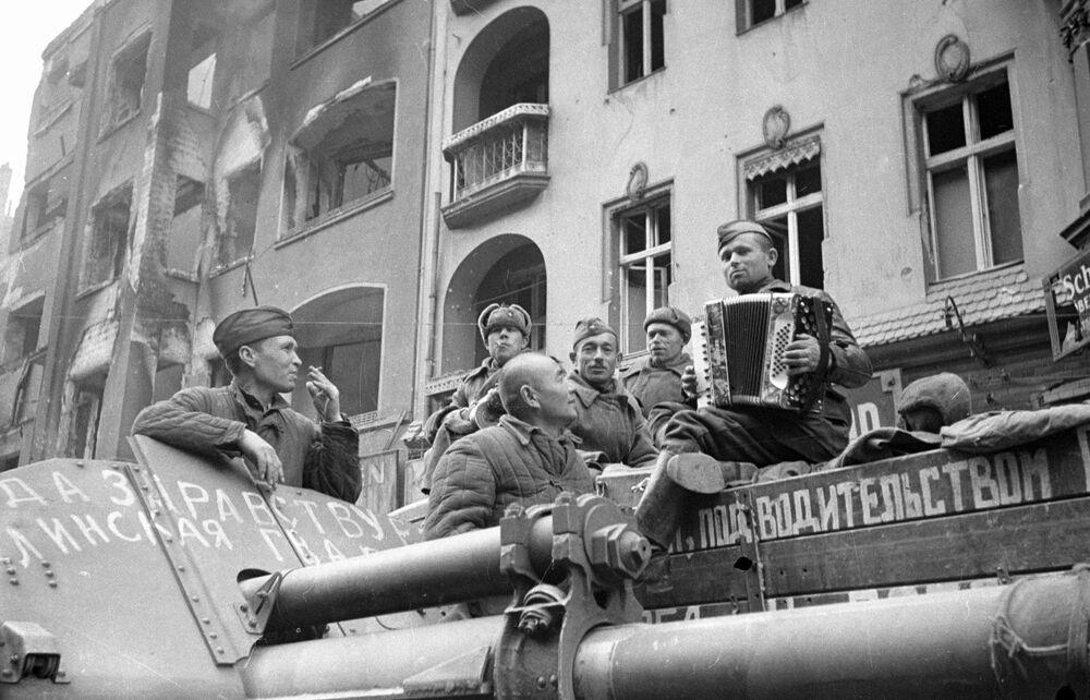 Soldados soviéticos ouvem música de acordeão