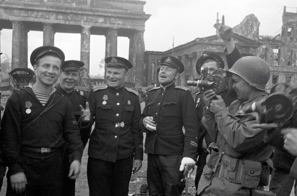 Marinheiros soviéticos, heróis do ataque a Berlim, posam para um correspondente americano