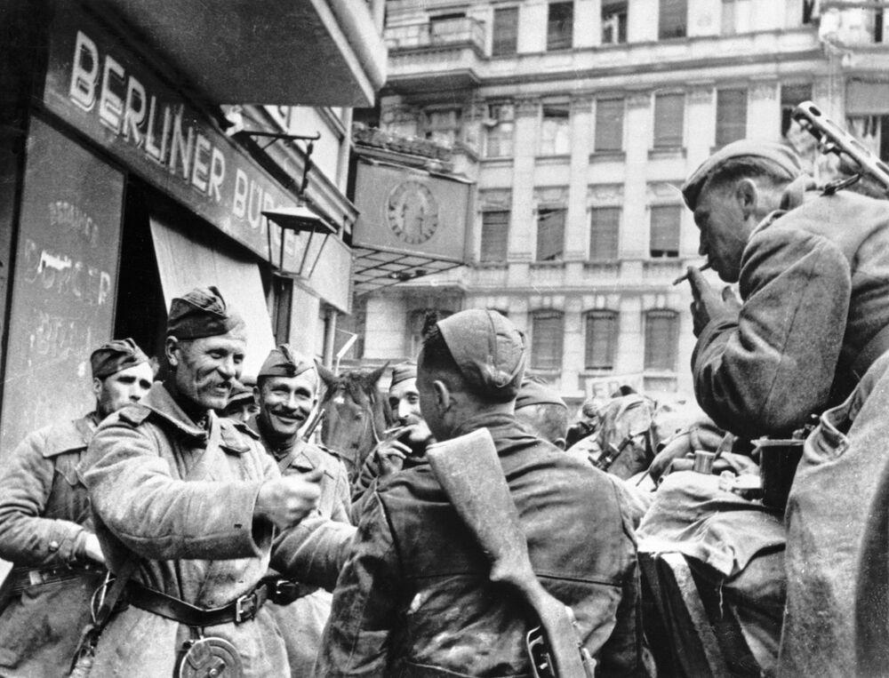 Soldados libertadores soviéticos celebram a Vitória em Berlim