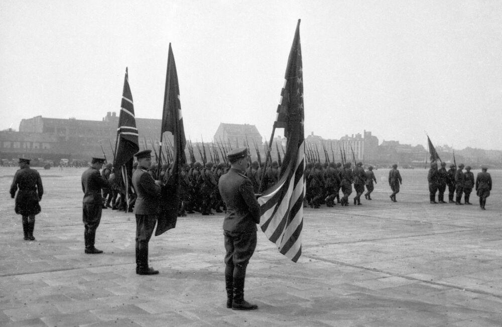 Representantes do comando aliado durante a chegada para assinatura da capitulação da Alemanha, no aeródromo de Tempelhof, Berlim