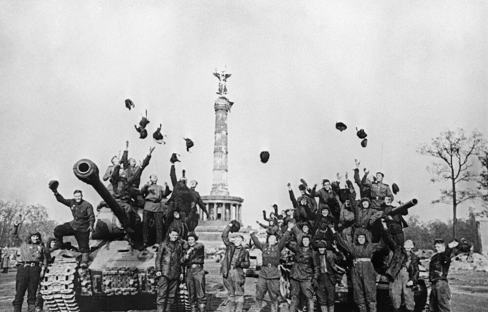 Tanquistas soviéticos celebram a Vitória em Berlim em 1945