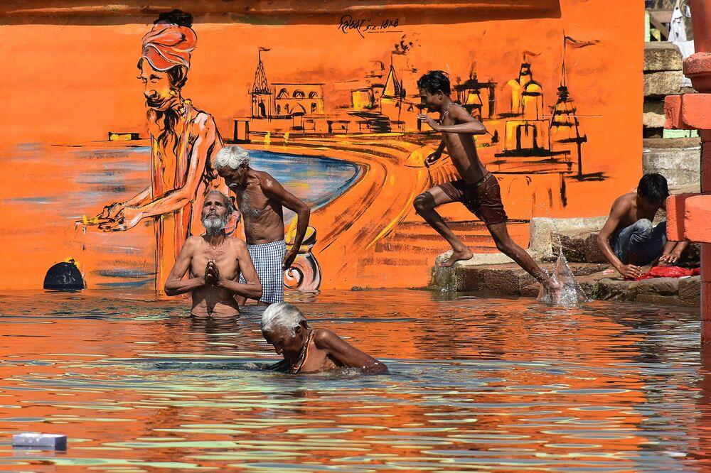 Hindus se banham em festival anual da primavera Akshaya Tritiya