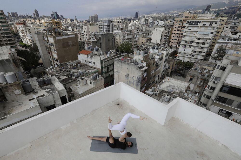 Instrutor de ioga no telhado de um prédio em Beirute