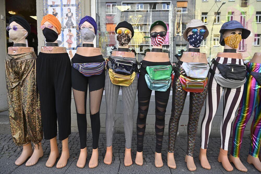 Máscaras de proteção são vendidas em loja de roupas em Berlim, na Alemanha