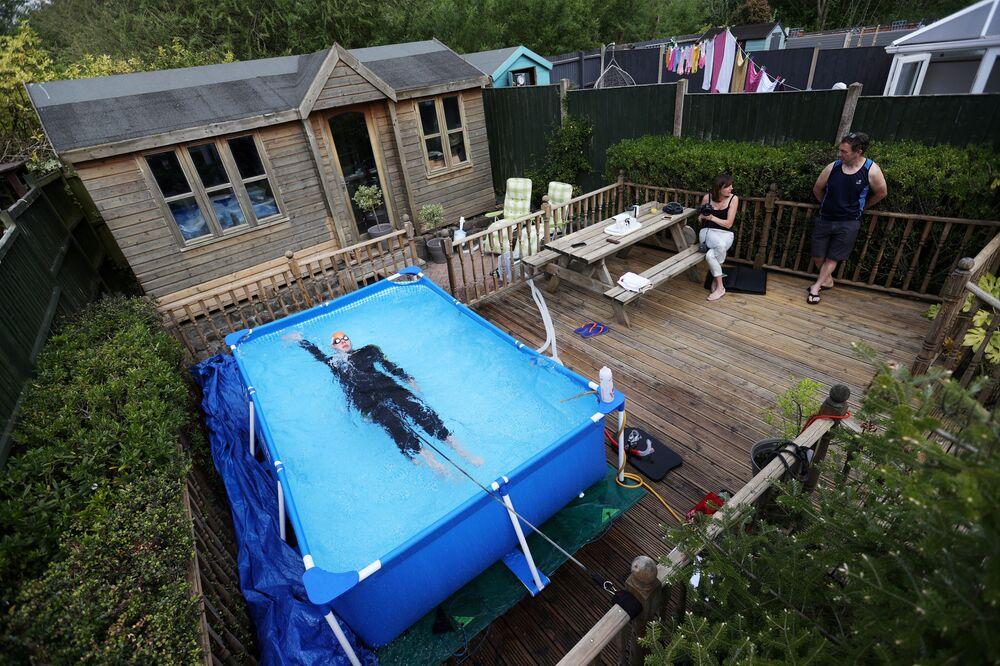 Triatleta Lloyd Bebbington treina em piscina de casa, no Reino Unido