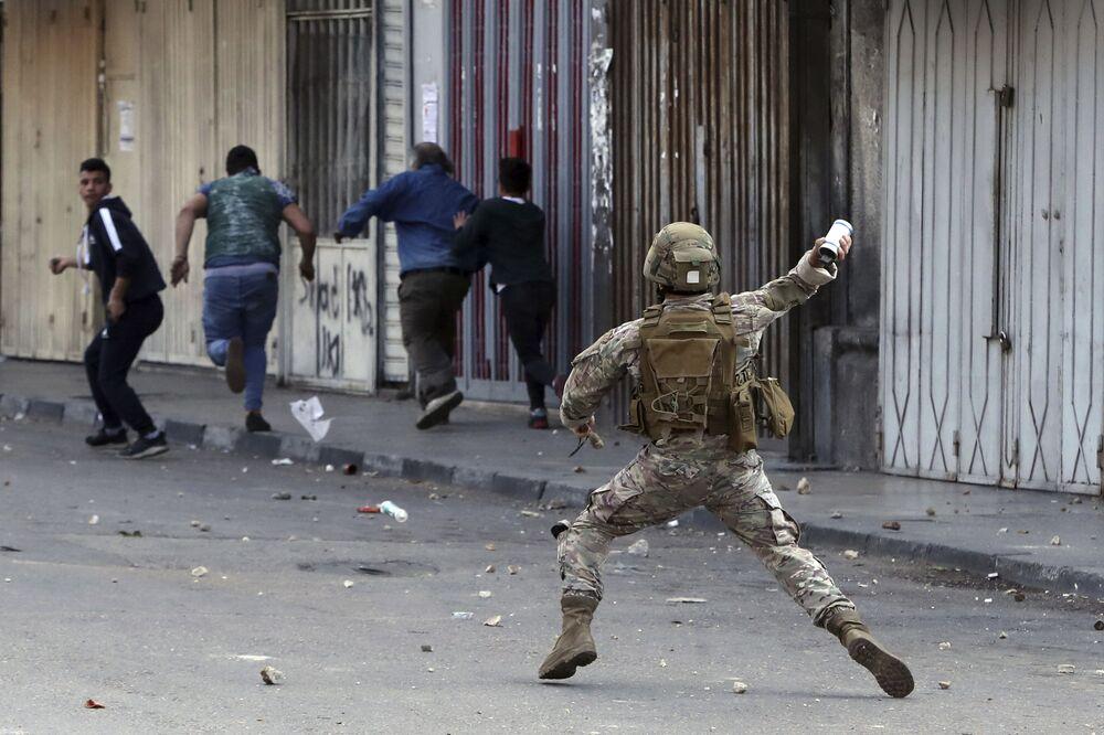 Soldado libanês durante manifestação em Trípoli, no Líbano