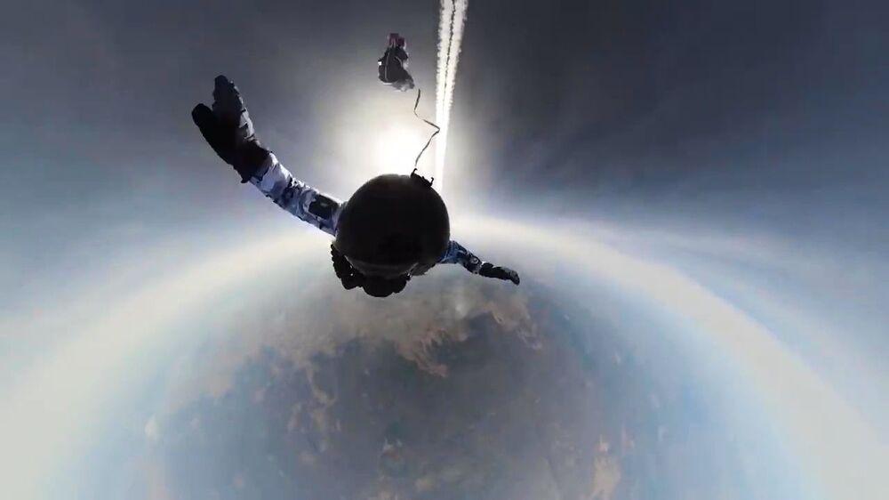 Paraquedistas russos saltam em condições extremas de avião Il-76 no Ártico