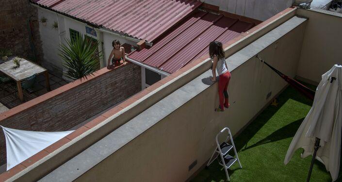 Garota de 7 anos conversa com amigo em Barcelona, na Espanha
