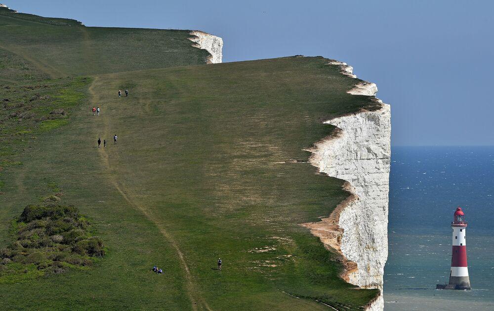 Pessoas caminham em penhasco no Reino Unido