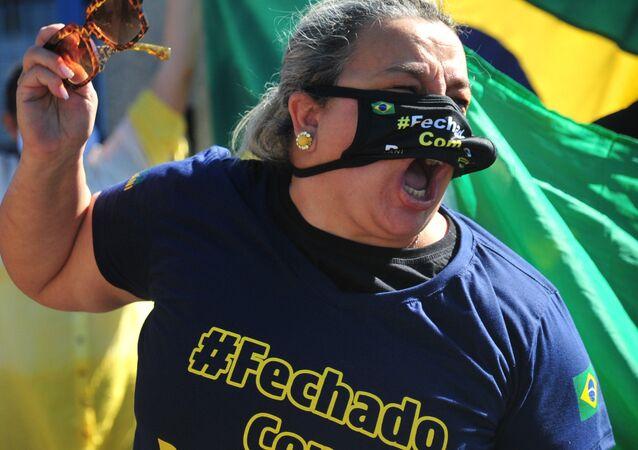 Movimentação de veículos, apoiadores do ex-ministro Sergio Moro e do presidente Jair Bolsonaro concentrados em frente à sede da Polícia Federal, em Curitiba-PR, no dia 2 de maio de 2020, quando o ex-juiz Sergio Moro foi ouvido na condição de testemunha sobre as acusações de que Bolsonaro teria tentado interferir no trabalho da Polícia Federal.