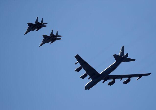 B-52 sobrevoa Nova Orleans acompanhado de caças F-15 em 1° de maio de 2020