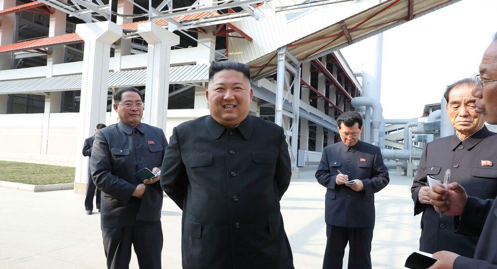 Líder norte-coreano Kim Jong-un assiste à conclusão de uma fábrica de fertilizantes, em uma região a norte da capital, Pyongyang, em 2 de maio de 2020