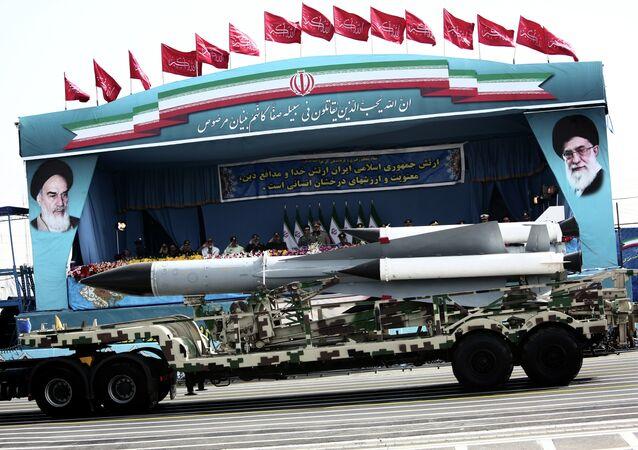 Sistema de mísseis S-200 sendo conduzido por comandantes militares iranianos (imagem de arquivo)