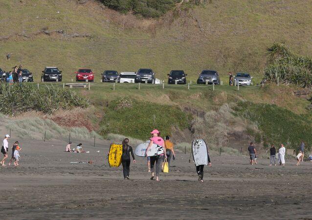 Muriwai Beach, na Nova Zelândia, após flexibilização do isolamento social devido ao coronavírus no país