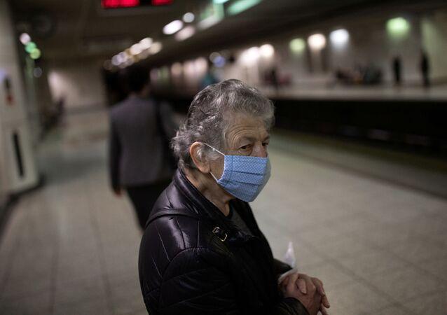 Passageiro usando máscara protetora espera por um trem na estação de metrô da praça Syntagma, no primeiro dia de abrandamento da quarentena nacional contra a propagação da doença do coronavírus (COVID-19), em Atenas, Grécia, 4 de maio de 2020