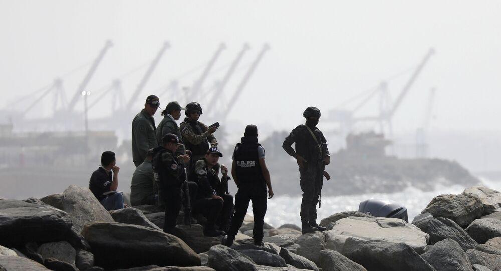 Membros de grupo de operações especiais da Venezuela observam costa marítima do país, após incursão militar estrangeira, em Macuto, 3 de maio de 2020