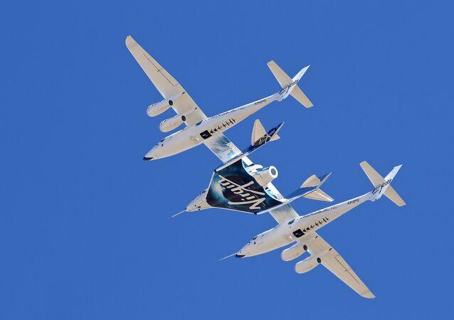 A nave da Virgin Galactic VSS Unity decola do Mojave Air & Space Port em Mojave, Califórnia, pela última vez por a Virgin Galactic estar transferindo suas operações do SpaceFlight para o Novo México, 13 de fevereiro de 2020