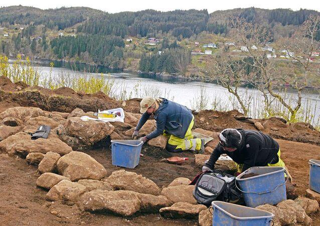 Arqueólogos noruegueses conduzindo escavações no cemitério de Alversund