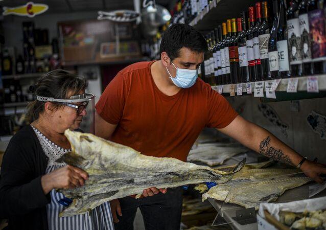 Pequenos comércios reabrem as portas em Portugal, com obrigatoriedade do uso de máscaras e limite máximo de atendimento de cinco clientes por vez