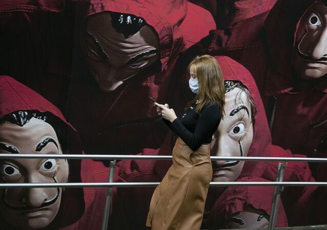 Passageira usando máscara protetora no metrô de São Paulo, em 4 de maio de 2020
