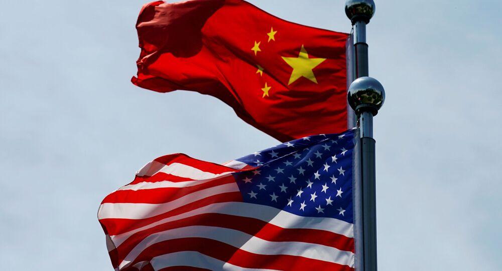 Bandeiras da China e dos EUA ondulando perto da área de Bund, antes de a delegação comercial norte-americana se encontrar com seus homólogos chineses para conversações em Xangai, China, em 30 de julho de 2019
