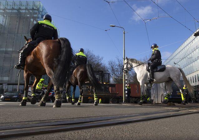 Polícia holandesa patrulha rua durante protesto de fazendeiros em Haia, em 19 de fevereiro de 2020